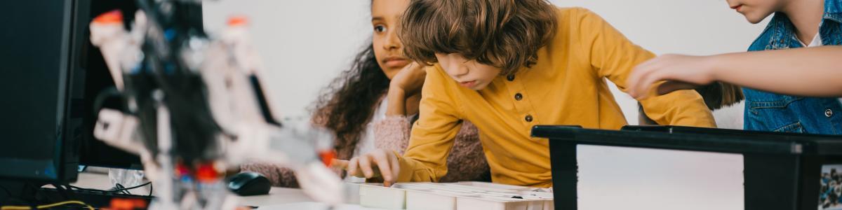 Foto af børn med robot