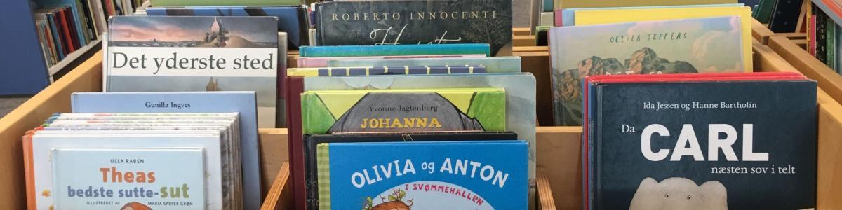 bøger i krybbe
