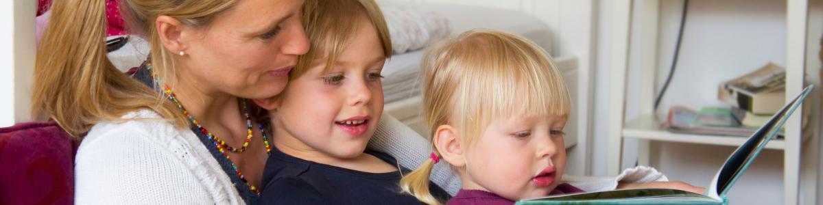 mor og barn læser
