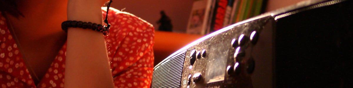 Nærbillede af hånd ved cd-afspiller