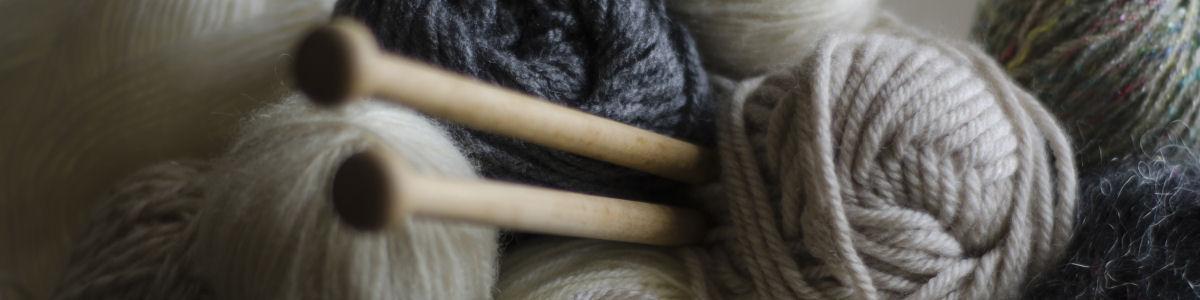Foto af garn og strikketøj