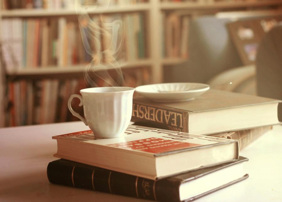 foto af bøger og kaffe